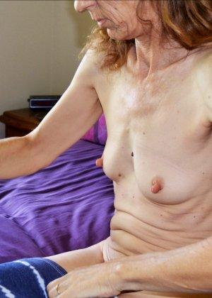 Женщина скрывает свое лицо, зато показывает наглядно, насколько маленькой бывает грудь - фото 15