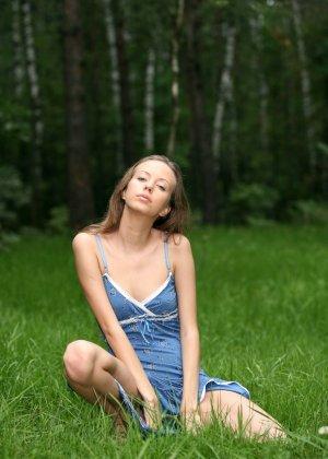 Горячая фотосессия молодой красотки, которая только дразнит собой, приподнимая платье, но не раздеваясь - фото 41