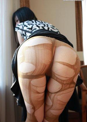 Кореянка специально для фетишистов разрывает на себе колготки и дразнит обнаженными частями тела - фото 21