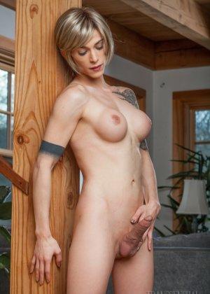 Зрелая подружилась с блондином трансом, ей всегда было интересно потискать одновременно и член и сиськи - фото 13
