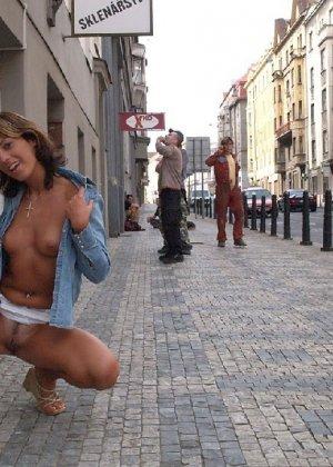 Тина обожает обнажаться на улицах города, в публичных местах, при этом шокируя прохожих своей откровенностью - фото 39