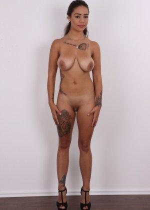 Восхитительная телочка осталась без своего черного платья - фото 9