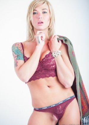 Сексапильная Обри Кэйт играет со своим шарфом, снимая остальную одежду - фото 5