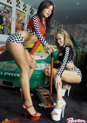 Брэнди Лав и Рэйвен Рили позируют на фоне красивой машины, а затем показывают красивые лесби-ласки - фото 7