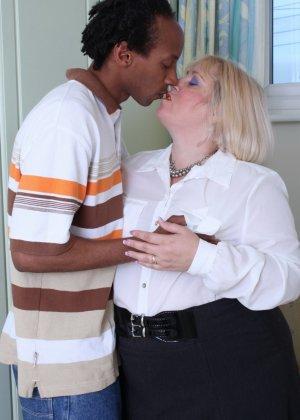 Горячая британская толстушка разрешает лапать себя молодому темнокожему мужчине и делать куни - фото 2