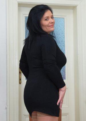Пышная дамочка в возрасте показывает свое тело, чтобы доказать - она еще неплохо выглядит - фото 2