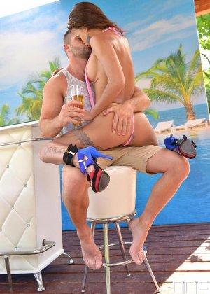 Сюзи Гала соблазняет мужчину и он трахает ее в самых разнообразных позах, наслаждаясь эффектным телом - фото 4