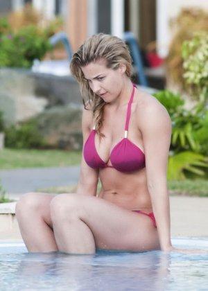 Озабоченный сосед наблюдает за соблазнительной Геммой Аткинсон в то время, когда она расслабляется у бассейна - фото 2