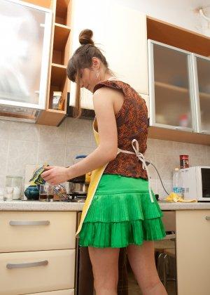 Наташа Китхен так устала готовить, что решила немного развлечься, сняв с себя всю одежду - фото 53
