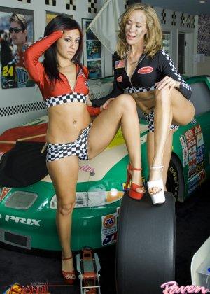 Брэнди Лав и Рэйвен Рили позируют на фоне красивой машины, а затем показывают красивые лесби-ласки - фото 8