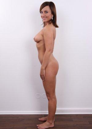 Развратница в белом сексуальном белье раздвигает себе пизду на камеру - фото 14