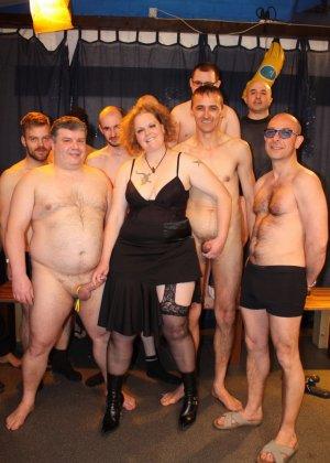 На одну толстую женщину накидываются сразу несколько самцов, и она торопится обслужить каждого - фото 2