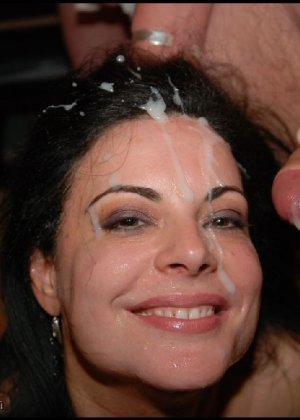 Грязная сучка обожает, когда ей кончают на лицо, и дожидается, пока ее всё лицо оказывается в сперме - фото 8