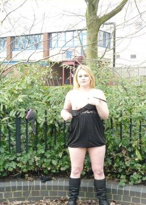Смелая телочка София не носит белья и даже готова обнажиться в городском парке посреди дня - фото 11