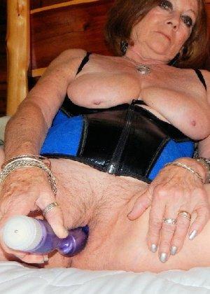 Женщина в возрасте и пышном теле очень хочет секса, поэтому пользуется разными секс-игрушками - фото 22