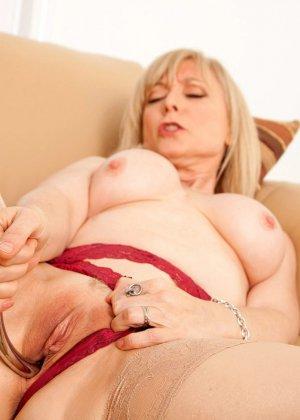 У зрелой блонды имеется специальная игрушка для стимуляции заветной точки внутри вагины - фото 10