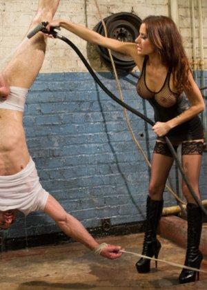 Гиа Димарко подвесила Джейсона Миллера к потолку, отшлепала и выебала страпоном его волосатый зад - фото 1