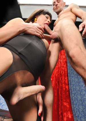 Зрелый мужик впервые попробовал сосать хер у транса и отдавать свою задницу ему на растерзание - фото 7