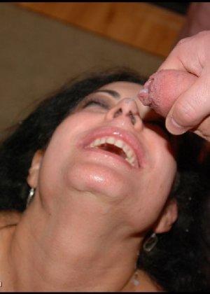 Грязная сучка обожает, когда ей кончают на лицо, и дожидается, пока ее всё лицо оказывается в сперме - фото 3