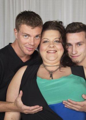 Два молодых парня старательно облизывают грудь одной пышной дамочки, но дальше прелюдия не заходит - фото 4