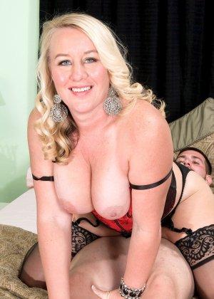 Зрелая блонда заглянула в гости к другу с самого утра, когда у него в трусах классный стояк - фото 10