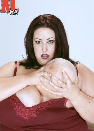 Жирная толстуха очень хочет похвастаться своими гигантскими буферами, поэтому выкладывает свои достоинства - фото 6