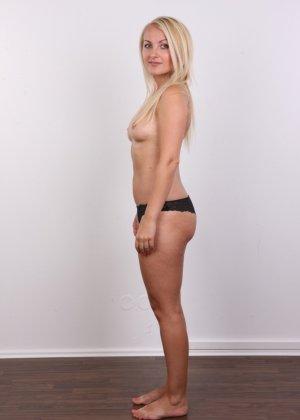 Блонда с рисунком бабочки на спине имеет неплохие формы, ее пизденка тоже весьма неплоха - фото 5