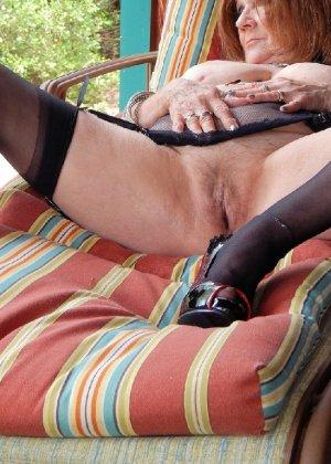 Женщина в возрасте и пышном теле очень хочет секса, поэтому пользуется разными секс-игрушками - фото 4