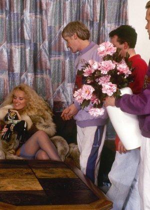 Ретро снимки, на которых две блондинки ублажают трех самцов, стараясь каждому доставить удовольствие - фото 3
