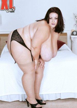 Жирная толстуха очень хочет похвастаться своими гигантскими буферами, поэтому выкладывает свои достоинства - фото 16