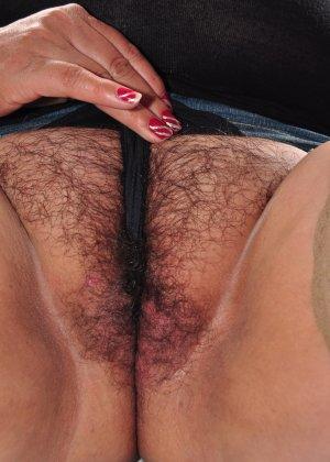 Зрелая брюнетка показывает свою необъятную фигуру и дает близко разглядеть волосатую пизду - фото 3