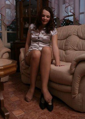 Девушка снимает туфли после тяжелого дня и показывает свои ножки в капроновых колготках - фото 49