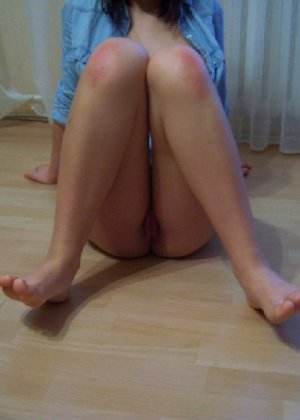 Девушка показывает свои стройные ножки в красных туфлях и вставляет в анус игрушку из секс-шопа - фото 9