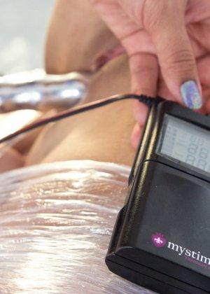 Электростимулятры и разные секс игрушки просто созданы для похотливой Дейзи и дерзкой девчонки Роксаны - фото 16