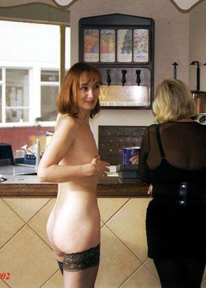 Джанна заходит в кафе в одних чулках, мужчины не могут отвести от нее взгляд и просто тут трахают - фото 2