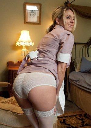 Убирая в номере у богатого мужика, горничная наталкивается на запретные аксессуары, за это он ее и наказывает - фото 1