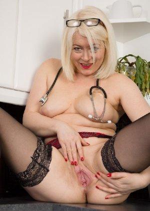 Британская развратница в зрелом возрасте Эмбер Джевел хорошо сохранилась и с удовольствием показывает свою фигуру - фото 8