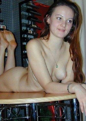 Сексуальная красотка снимает с себя эротическое белье и демонстрирует свое стройное тело - фото 9