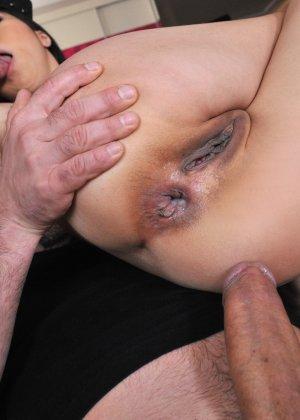 Йики отдается двум мужикам, подставляя глубокую глотку, влагалище и анус - фото 4- фото 4- фото 4