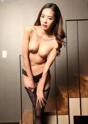 Азиатка постепенно освобождается от одежды и остается совсем обнажена, показывая стройное тело - фото 63 - фото 63 - фото 63