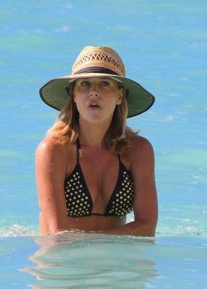 Джули Бенц засняи на пляже, когда она купалась в море, затем вышла обсыхать на берег в своем бикини - фото 2