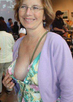 Девушки словно дразнят собой – они показывают одну грудь, а вторую специально оставляют закрытой - фото 8