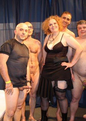На одну толстую женщину накидываются сразу несколько самцов, и она торопится обслужить каждого - фото 4