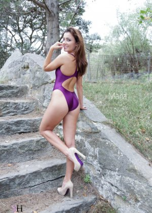Красивые девушки выгибаются, как умеют, показывая свои эффектные тела в слитных купальниках - фото 7