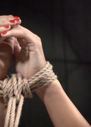 Брюнетку связывают в немыслимых позах, поэтому при виде ее хочется только одного – жестко оттрахать ее во все дырки - фото 2