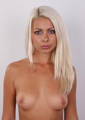 Красивая блондинка позирует без одежды, возбуждая своим прекрасным внешним видом - фото 8
