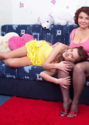 Молодая худенькая девушка решается на лесбийские игры с пышной дамочкой в зрелом возрасте - фото 5