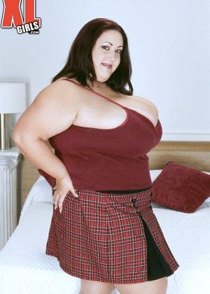 Жирная толстуха очень хочет похвастаться своими гигантскими буферами, поэтому выкладывает свои достоинства - фото 3
