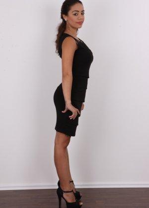 Восхитительная телочка осталась без своего черного платья - фото 1