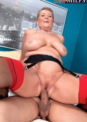 Красное белье просто великолепно смотрится на зрелой Джоанне Прис - фото 1